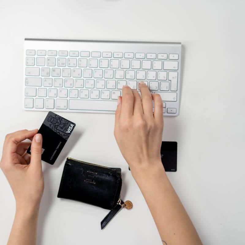 image d'une personne passant une commande en ligne